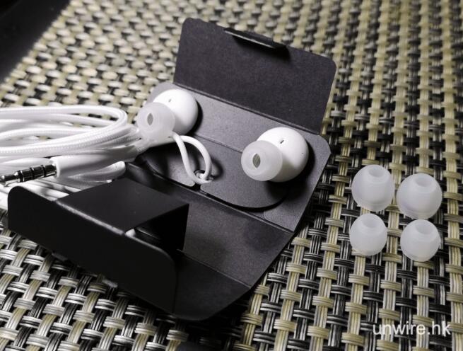 samsung galaxy s10 plus box earphone 2 - 三星最新旗舰 Galaxy S10+ 开箱抢先看