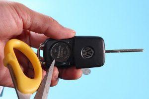 2018款朗逸如何更换钥匙电池 撬开电池 300x200 - 2018款朗逸车钥匙电池型号 怎么更换朗逸车钥匙电池